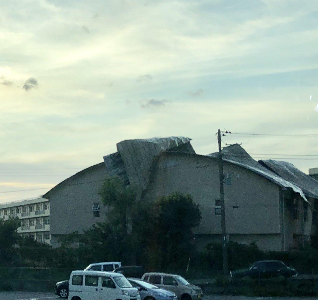 画像,通りすがりの千葉の某学校の体育館です。台風おそるべし#台風15号 https://t.co/DYWpZb7VAX。