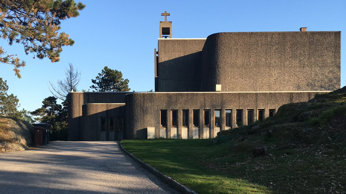 Spotted in Norway: Paul Rudolph-like bushhammered concrete - yeah!  Alv Erikstad: Grim Church, Grim, Norway, 1969  http://sosbrutalism.org/cms/18786392   Photo: Sierra200 2016 (CC BY-SA 4.0)   #SOSBrutalism