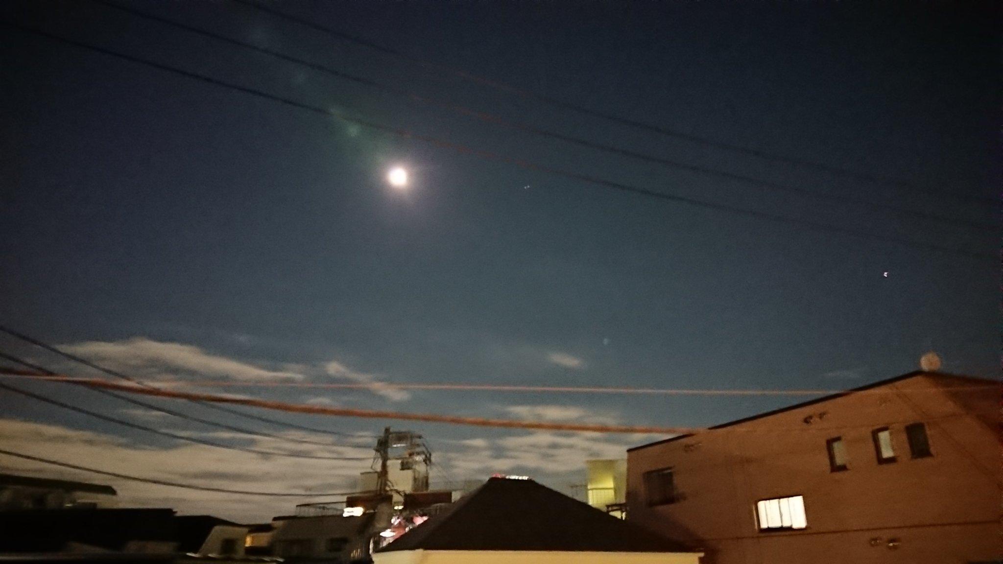 画像,台風一過で月と宵の明星が明るいですが、いまだ蒸し暑い❗。停電の地域も千葉を中心にまだ多く、無事に乗りきってください。 https://t.co/CTv8hBwi…