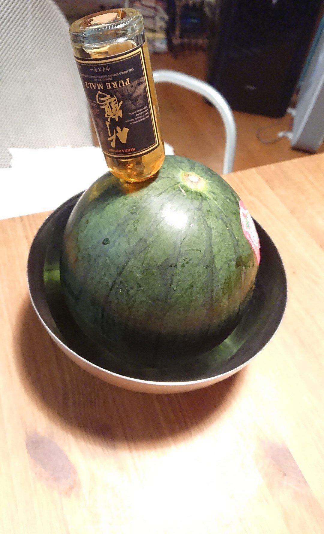デザートはアルコールスイカ。大きいと食べきれないから小玉に竹鶴ミニボトル。ぶっさして丸4日、やっと全部入ってくれた。ウィスキーシミシミスイカうまい。