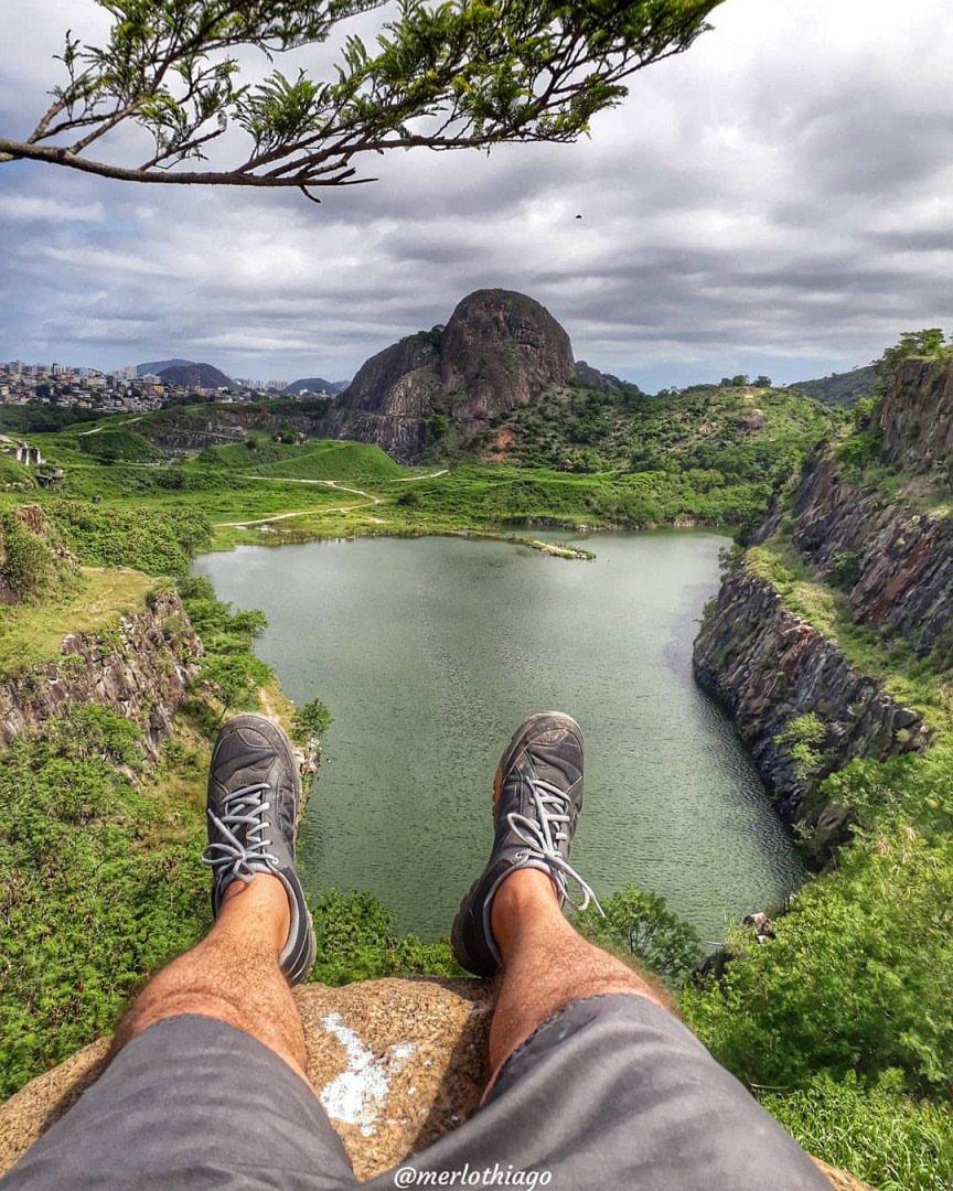 """Imagina só começar o domingão com esse """"visu"""" da Pedreira Joana D'arc, em Vitória (ES)? Nada mal, né?    @merlothiago  #DomingoDeDestinos @DescubraoES #brasil #capixabemos #ecoturismopic.twitter.com/Tnv0npAz2t"""