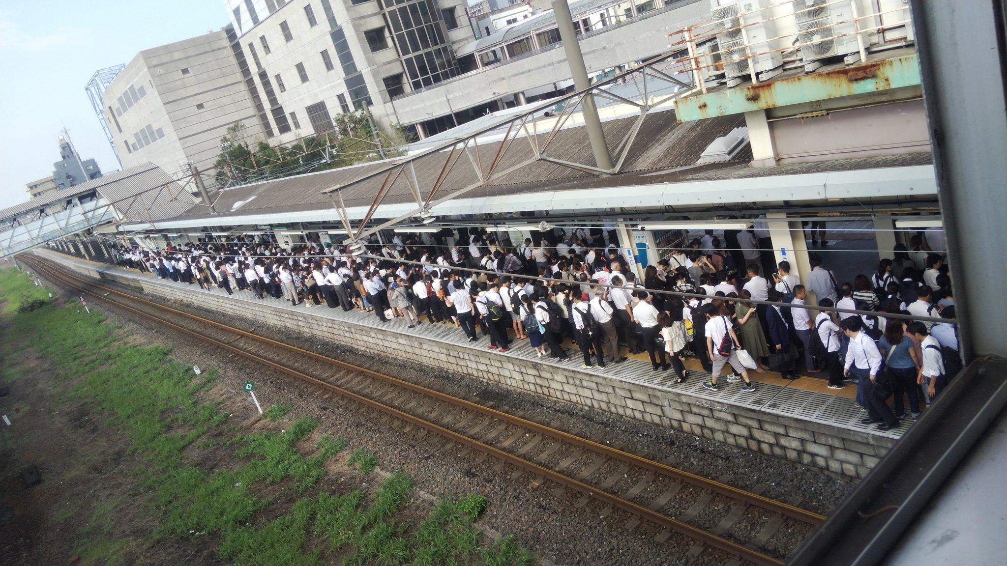 内房線の五井駅が混雑し入場規制が掛かっている現場の画像