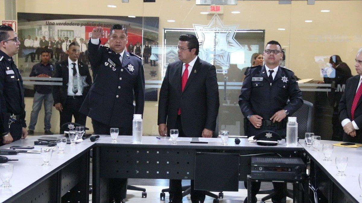 Toma protesta Raúl Ávila Ibarra como encargado del despacho de la Secretaría de Seguridad Pública Municipal.  - El Alcalde @armando_cabada le encomendó seguir trabajando con mano dura contra la delincuencia, señalando el compromiso con la comunidad juarense. https://t.co/DXIiNk0vBu