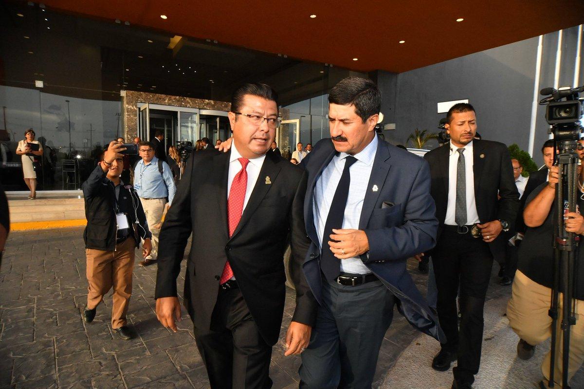 Vamos a sacar unidos a la frontera del deterioro y del rezago. Acompañé en su Informe al Alcalde @armando_cabada; le reiteré que destinaremos más de 6 mil mdp del Plan de Inversión 2019-2021 en #MásObrasConValor para Ciudad Juárez. Vienen buenos tiempos para las y los juarenses. https://t.co/e7Lr68p7hL