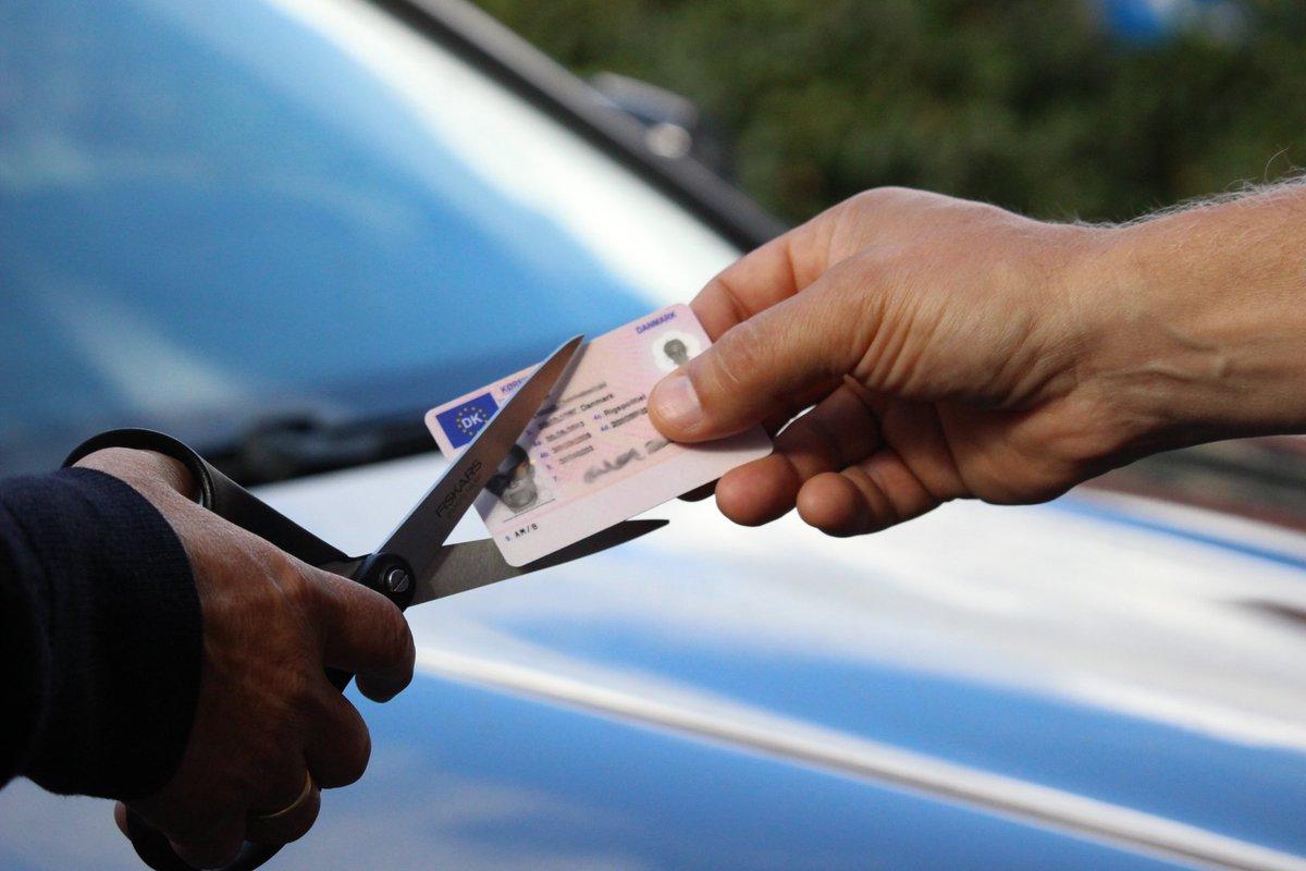 Fra i dag får du klip i kørekortet, hvis du benytter håndholdt mobil under kørslen. De nye regler omfatter alt håndholdt teleudstyr og andre håndholdte kommunikationsapparater, dvs. også GPS, tablets, computere o.l. #politidk Læs mere på https://t.co/u7arsXYkQ5 https://t.co/rLc2lvVKIJ