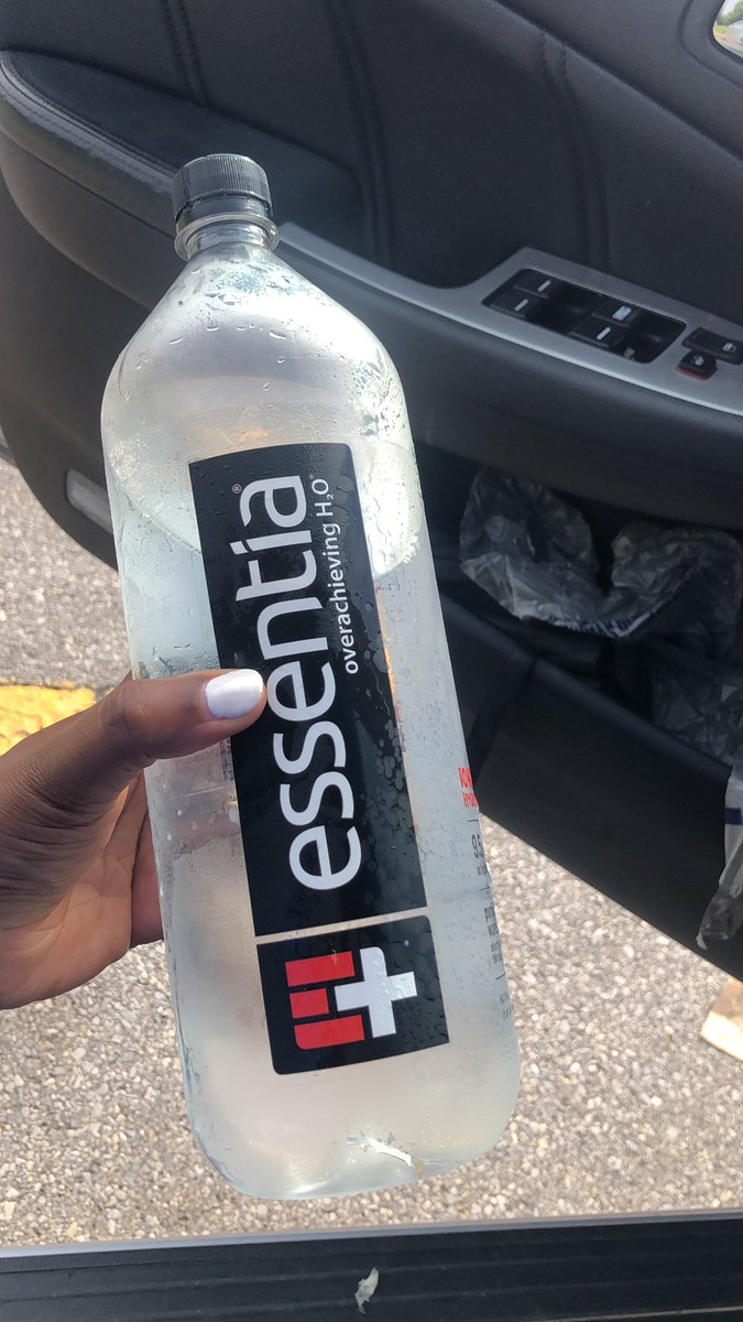 I am minding my business today and drinking my @essentiawater https://t.co/LcMfBhDXex