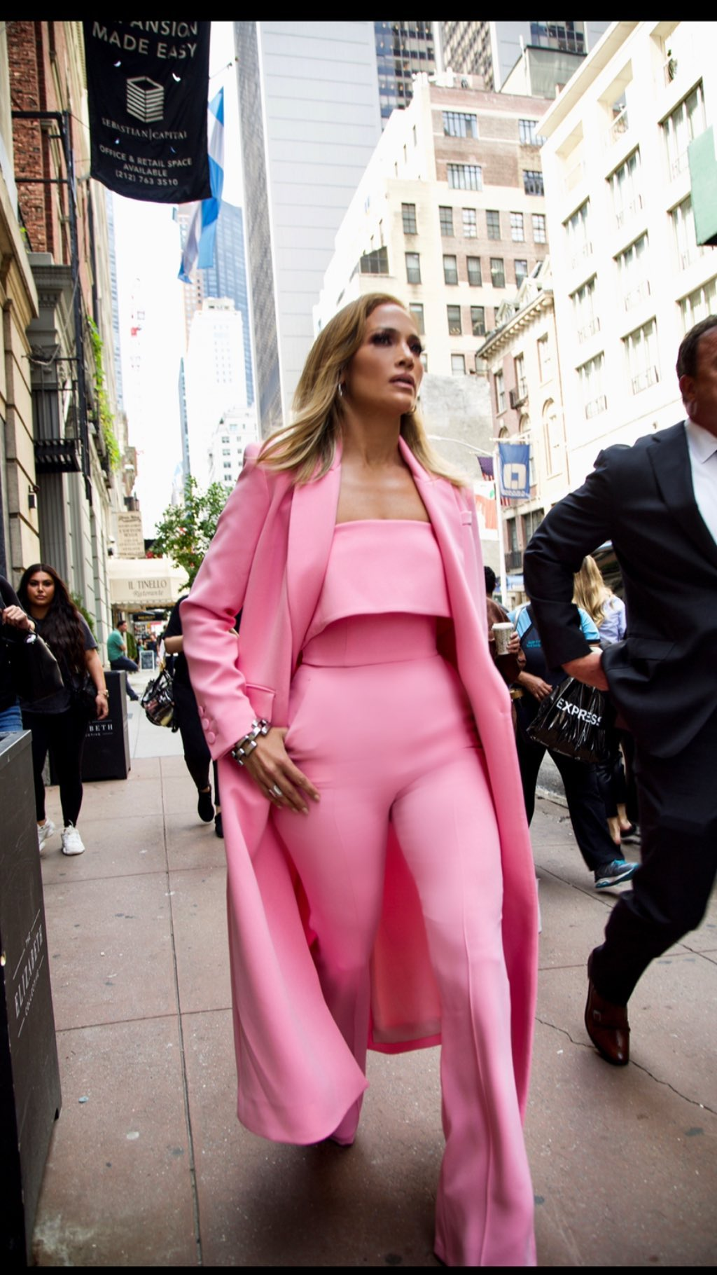 Дженнифер Лопес в розовом костюме
