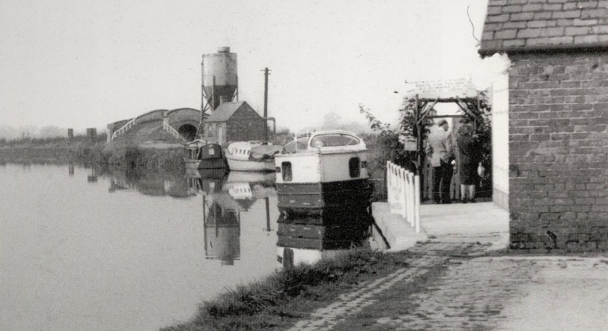 Basin End, The Shropshire Union Canal c.1965.  Originally built to link Cheshire with the industrial hot spots in Birmingham, the Black Country, and Liverpool docks, today is used by the leisure boating community. Photo credit Dorothy Nicolle  #Cheshirehistory   #NantwichMuseumpic.twitter.com/mBhZRt6Snf