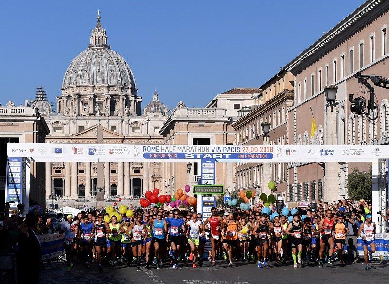 Sono attesi oltre 7.000 runner provenienti da 40 nazioni: la Rome Half Marathon Via Pacis giunge alla sua terza edizione riproponendo i temi che l'hanno già resa celebre in tutto il mondo https://tinyurl.com/y2nyptnu