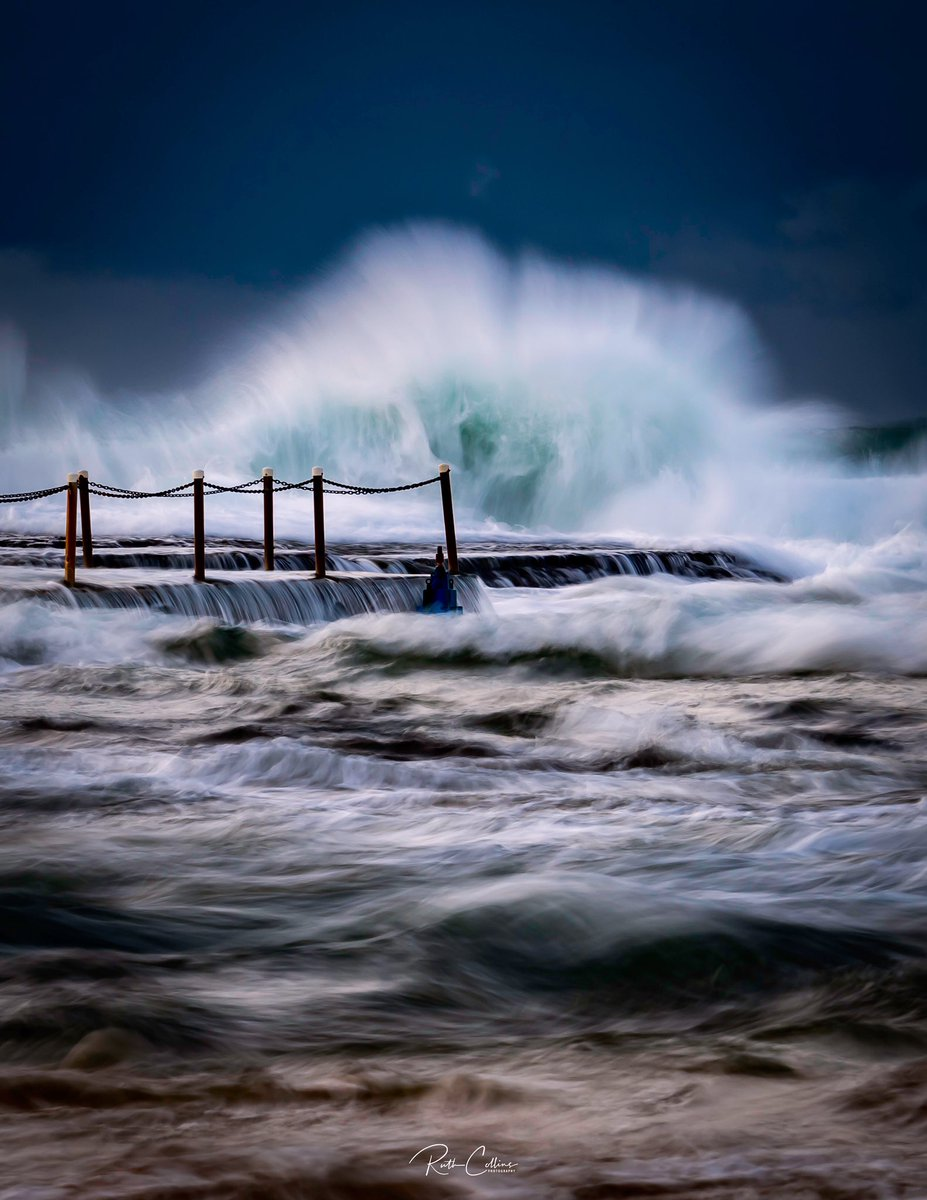 Dramatic waves and skies at Mona Vale beach this morning. Not a good morning for swimming in the ocean pool! #ilovesydney #seeaustralia #monavalebeach pic.twitter.com/hSrh5xmKp9