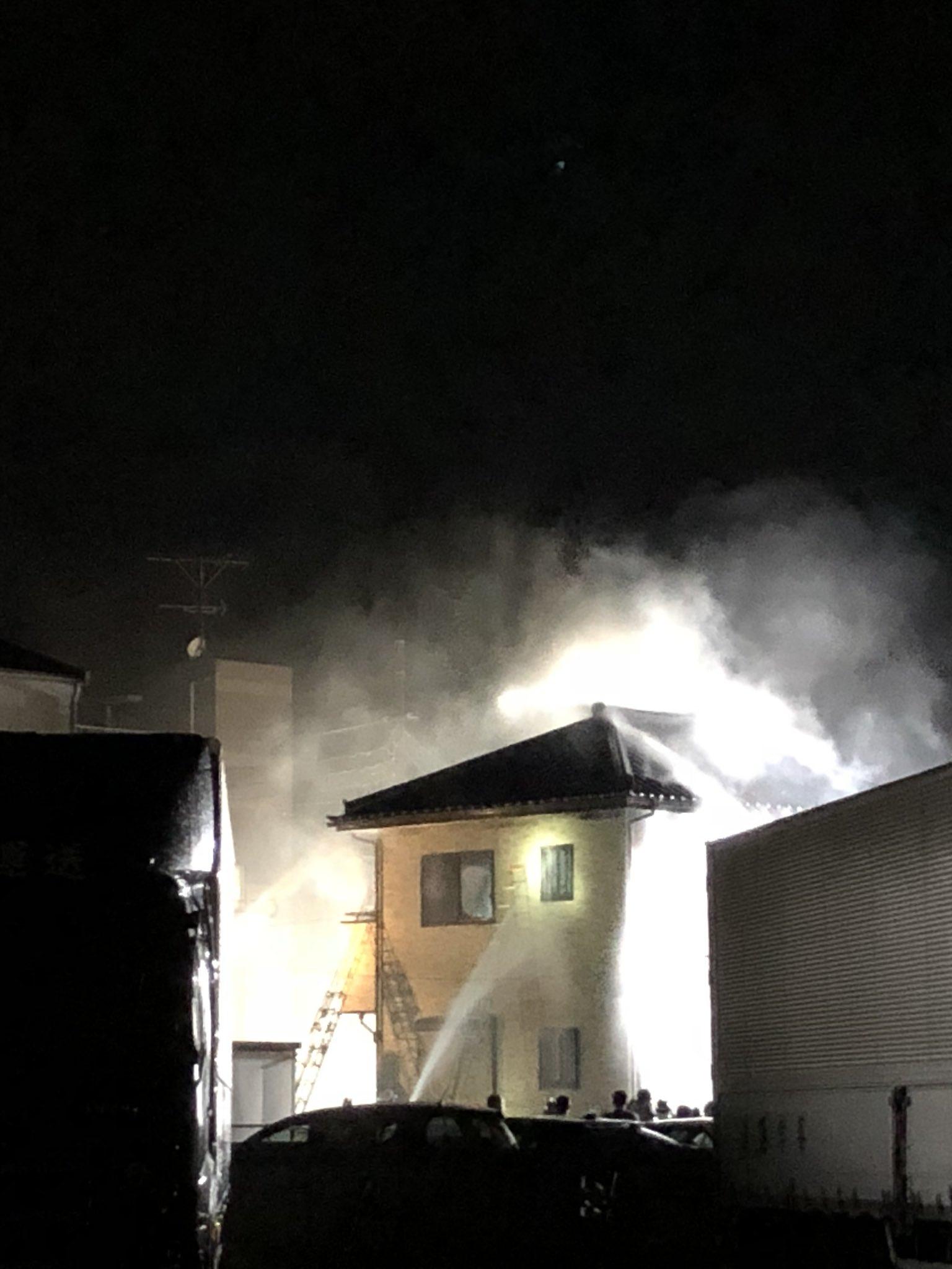 画像,家の近所に雷が落ちて火事になってる! https://t.co/slLUtQl2Wq。