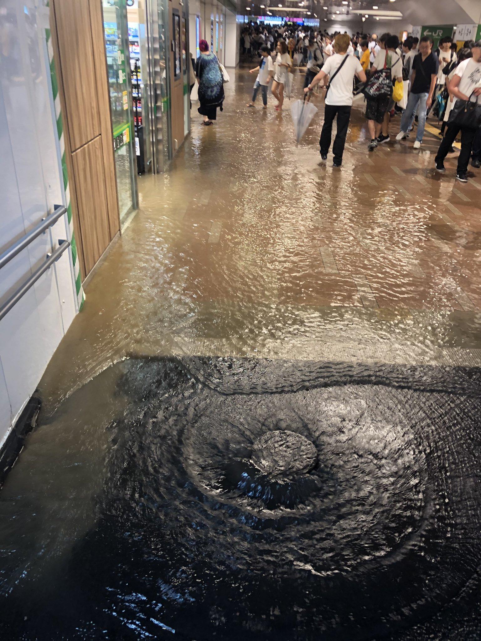 画像,新小岩駅大冠水。裸足でも変わらんぞこれ https://t.co/hbNIzXNvrE。