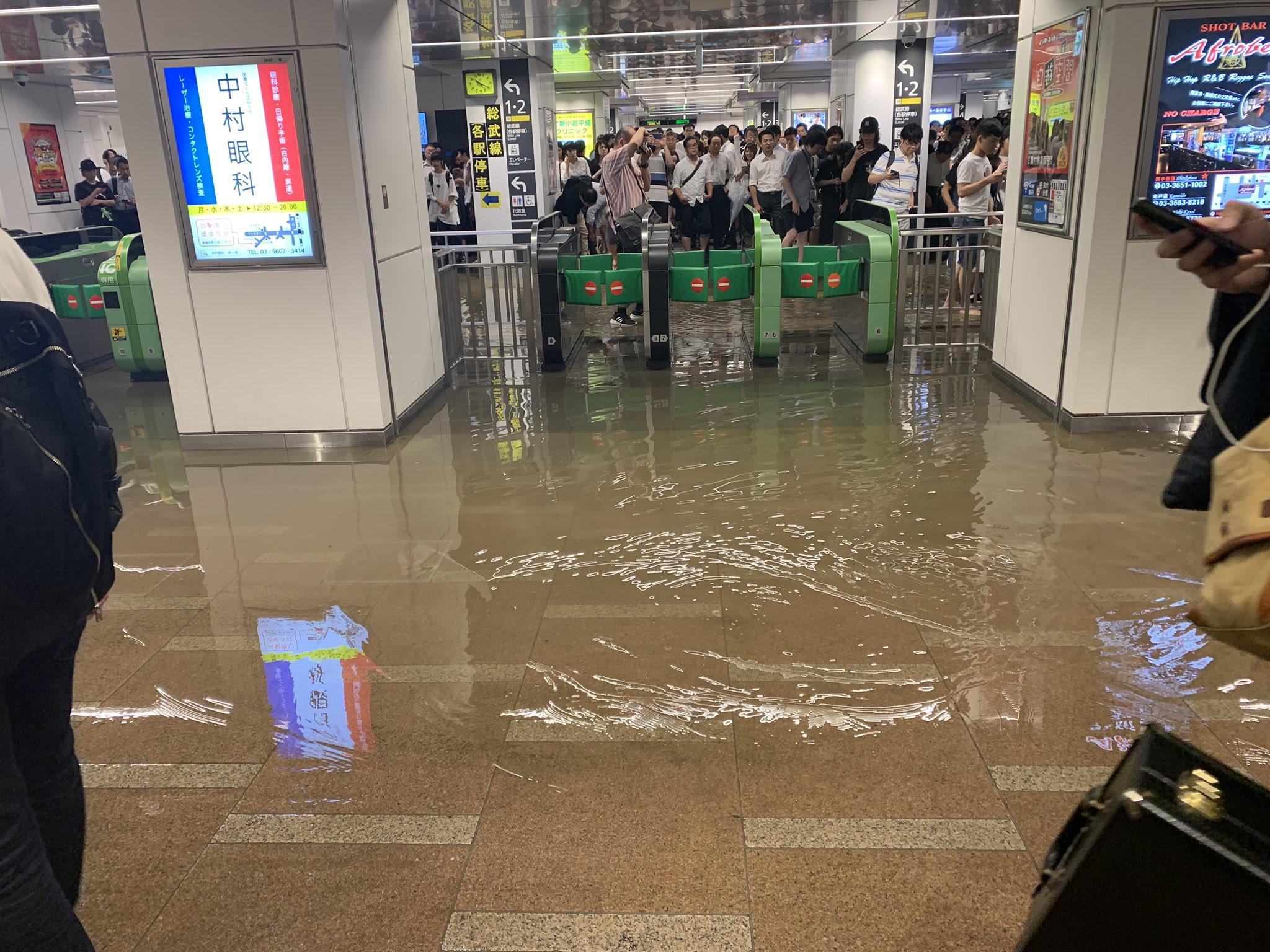 画像,新小岩駅浸水中ー初めて裸足で歩いたわ笑笑 https://t.co/7dW95Wf2er。