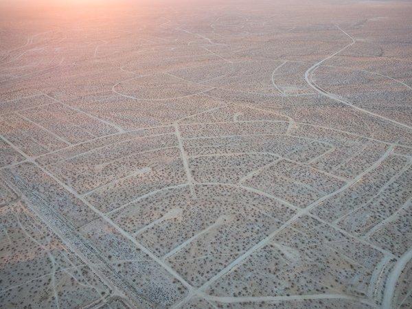 #DimartsUrbans   California City. La ciudad que se planificó para  5 millones de habitantes y se quedó en 30000 hectáreas de calles semipavimentadas en medio del desierto de Mojave.  No es una ciudad fantasma, es una CIUDAD ABORTADA, y su historia es cojonuda.  (Fotos: Chank Kim) https://t.co/9BxsoutNEJ