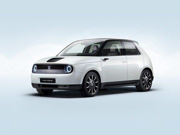 ホンダ、小型EV「Honda e」の量産モデルを披露へ--フランクフルトモーターショー - CNETバッテリ容量は35.5kWhで、フル充電だと最大220km走行するサイドミラーはカメラ式で、とらえた映像は車内のダッシュボード両端にそれぞれ設ける6インチ画面へリアルタイム表示する。