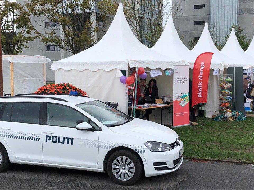 Bæredygtighedsfestival 2019 i Aalborg - Fredag d. 13. sep. kl. 14-18 og lørdag d. 14. sep. kl. 10-15 kan du møde lokalbetjente fra Nordjyllands Politi. Du finder vores stand i Utzonparken. Er du nysgerrig, så kig forbi. Vi vil meget gerne tale med dig 😊  #politidk #bæredygtighed https://t.co/9ArfurAkky