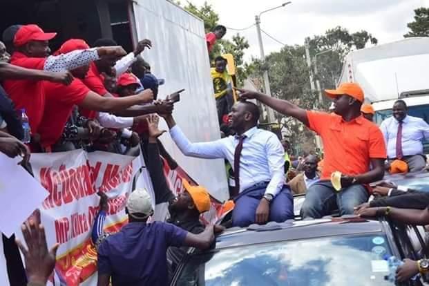 Handshake is real.This is Kibrarival campaign teams-Jubilee and ODM crossing paths na ni salamu tuu. Mariga vs Imran