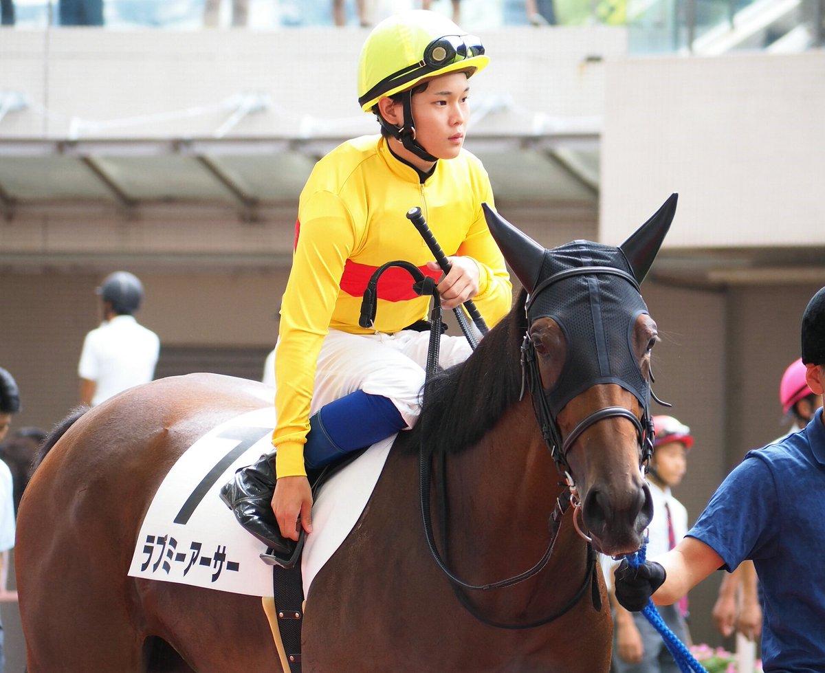 2019.9.7 阪神競馬第4レース(メイクデビュー阪神)のパドック、ラブミーアーサー。村山明厩舎/小林祥晃オーナーというお馴染みのコンビ、服部寿希騎手は最近いろんな厩舎の馬に乗ってますね。 ラブミーアーサーの母はミュゼミランダ、千葉セリ出身ですよね!