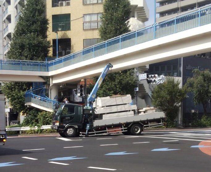 画像,恵比寿、渋谷橋事故。トラックがありえへん角度に曲がってる。 https://t.co/PGeCMC5emM。