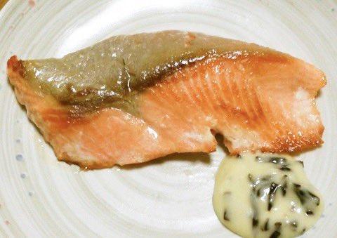 /フライパンで秋鮭さんをおいしくいただきましょう🐟✨\ㅤ魚焼きグリルがない方も、お酒を振って蒸し焼きにするとフライパンで焼いてもふっくら美味しい仕上がりになりますよ☺️✨✨ㅤ→フライパンで「鮭」がふっくら美味しく焼けるコツ