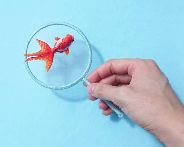 なにこれすごい「金魚すくい」をあしらった刺繍が今にも泳ぎだしそうなクオリティ  @itm_nlabから