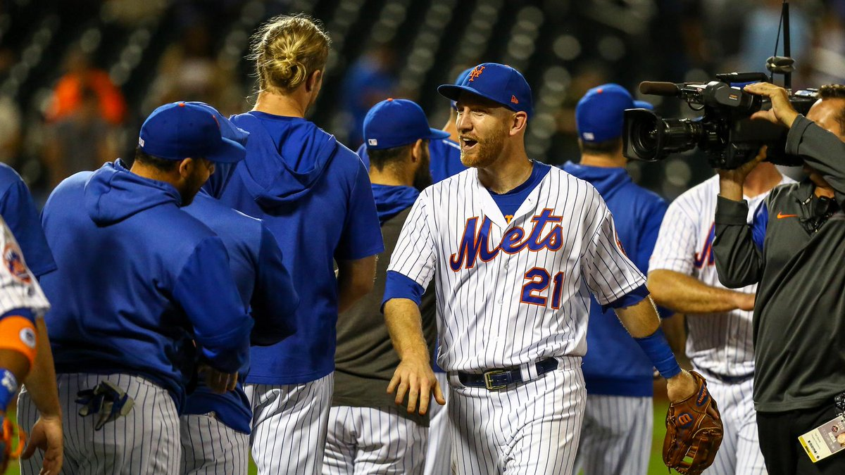 Victory formation.  #MetsWin <br>http://pic.twitter.com/MlVZZgb2Fc