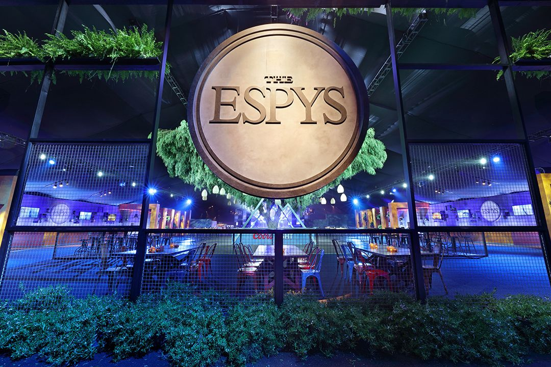 The big beautiful title treatment and live greenery at the ESPYs looked amazing. Guests were greeted by eco friendly fresh designs as soon as they arrived to this star studded sports event. #Sports #EventPlanning #EventDesigner #1540Productions #ESPYs #ESPN 📷 Line 8 Photography