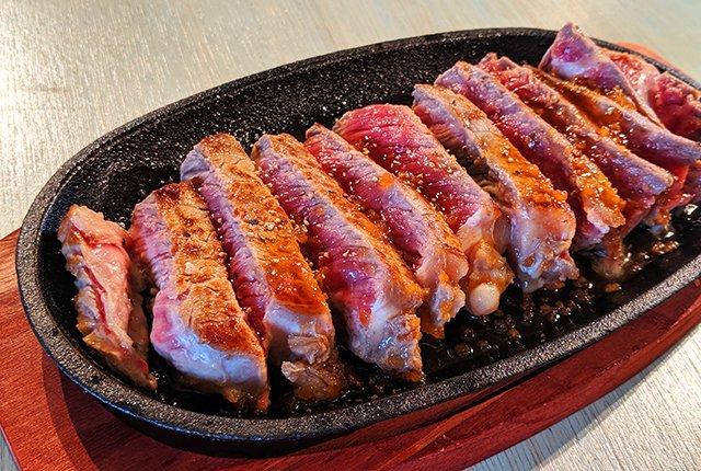 【オモコロ ブロス】憧れのステーキ皿を買う。そして後輩に迷惑かけながら食う。 (作:加藤)ステーキ皿を買ったので、締め切りに追われてる後輩の横でメシを食います。