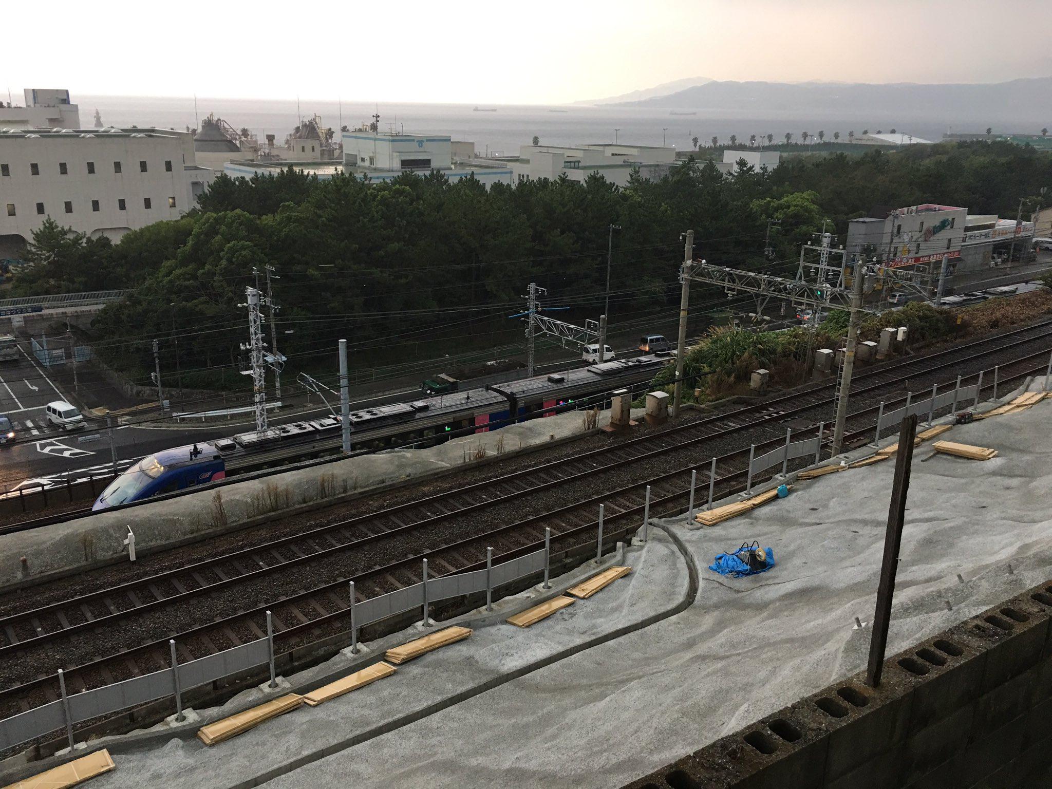 画像,JR神戸線、垂水駅を過ぎたあたりで、スーパーはくと停車中。何かあったのかな? https://t.co/GVX6C7jFgj…