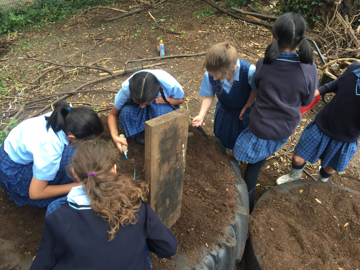 Digging up their crop of potatoes at lunchtime @NottmGirlsHigh #localproduce #worktheland pic.twitter.com/4YNdKwq7p4