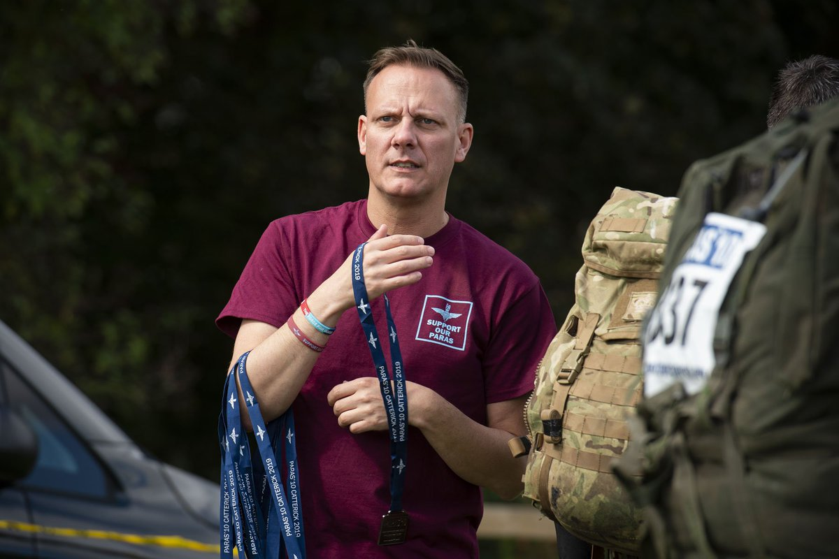 Look who was at @theparas10 on Saturday. @antonycotton getting stuck in to the medal giving to tired but happy 10-mile tabbers. Thanks Ant and @msm4rsh for supporting our @TheParachuteReg soldiers and families and all you do for the military