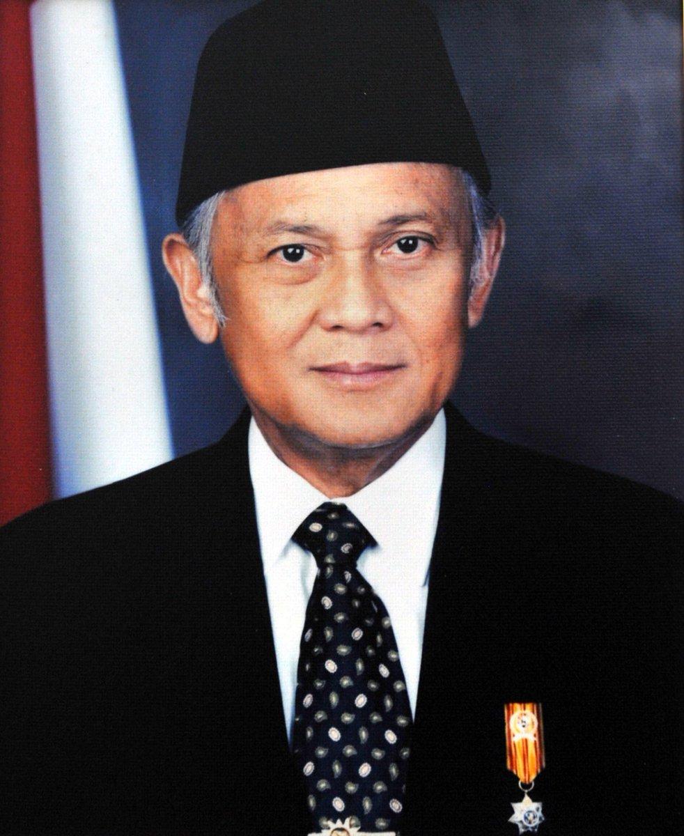 #PeristiwaTerkini: Bacharuddin Jusuf Habibie, presiden Republik Indonesia yang ketiga, meninggal dunia pada usia 83 tahun.  https://t.co/1mDlGgXPga https://t.co/DjctOPgIAw