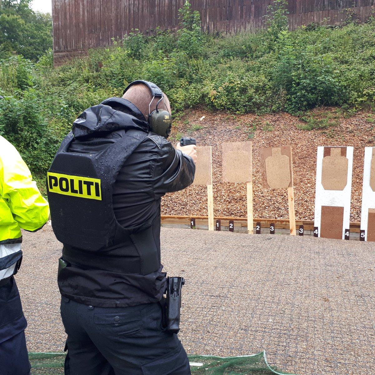 En god dag på skydebanen med masser af frisk luft og regn. Nu trænger vi alle til at komme hjem. Vil du være politibetjent, så tjek politiskolens hjemmeside. #politidk https://t.co/ViwViD3fXX