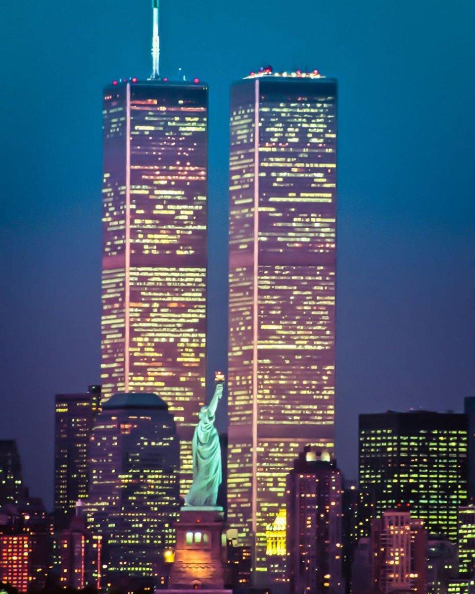 Hoy hace 18 años 246 personas se subieron a su avión. Otras 2.606 se fueron a trabajar. 343 bomberos hacían su turno matinal. 60 policías patrullaban Nueva York. Ninguno de ellos sobrevivió a las 10h del #11Septiembre de 2001. El mundo no volvió a ser igual.#11S #torresgemelas