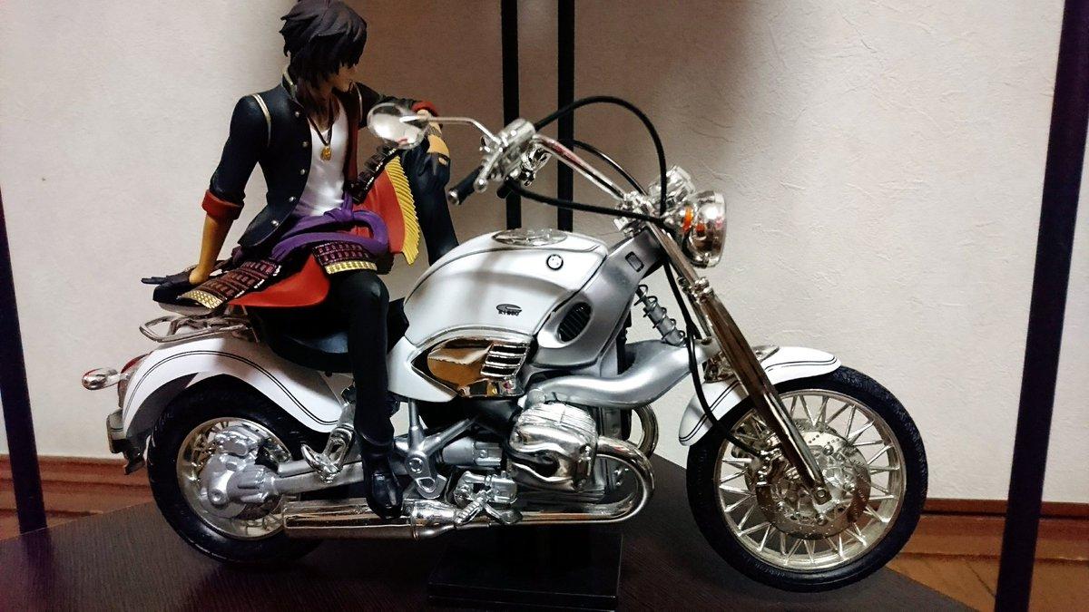 こちらは家にあったBMWのバイクフィギュアをかっこよく乗りこなす伊達男大倶利伽羅とまるでスーパーモデルのように腰かける加州清光、そしてどうしても乗ってみたかったへし切長谷部です。