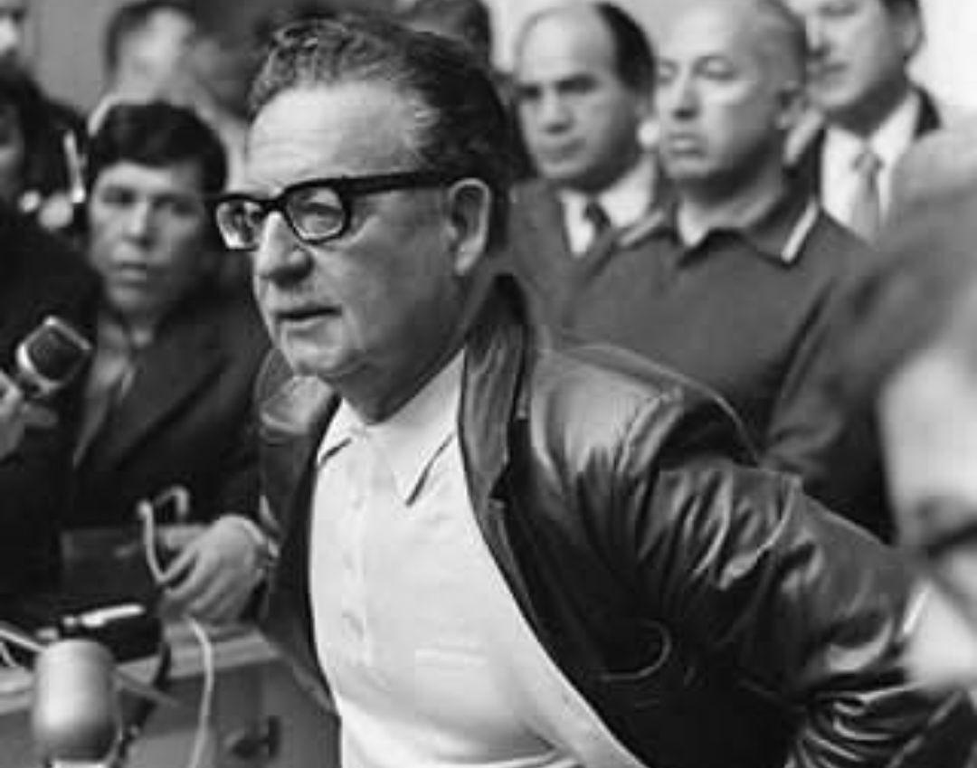 Como hoy, 1973, Augusto Pinochet perpetró con la CIA el golpe de Estado que acabó con la vida del hermano Salvador Allende e instauró 17 años de sangrienta dictadura y represión al pueblo chileno. Así se extendía en América Latina el Plan Cóndor que empezó en #Bolivia en 1971.