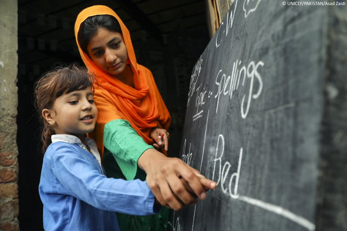 Did you know?  315,216 out of school children in Pakistan have gained access to formal and non formal education through UNICEF's integrated support approach from policy to community level.   #InternationalLiteracyDay #ForEveryChild v/ @UNICEF_Pakistan<br>http://pic.twitter.com/qjswX6XrkN