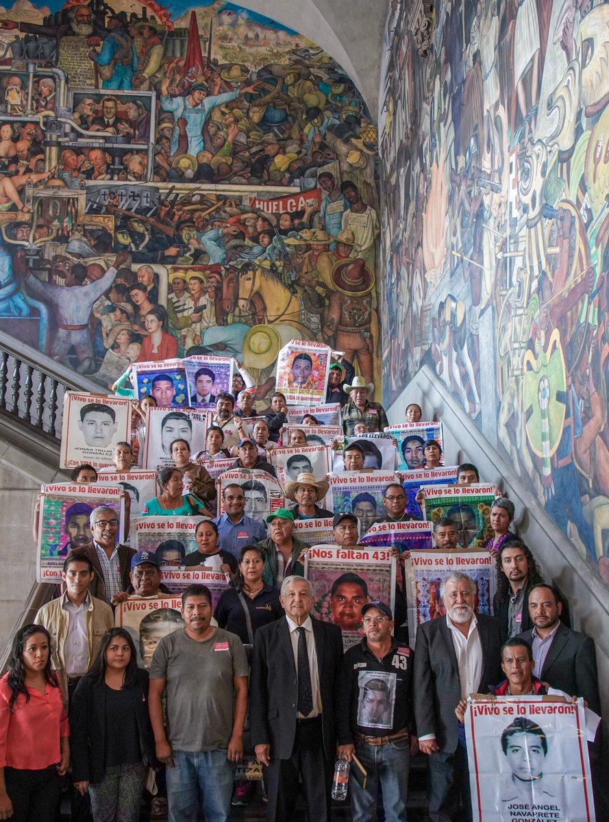 Nos reunimos con los padres de los 43 estudiantes desaparecidos de la Normal de Ayotzinapa. Reafirmamos nuestro compromiso de encontrarlos lo más pronto posible. Estamos aplicándonos a fondo. Es un asunto entrañable, de justicia y humanismo.