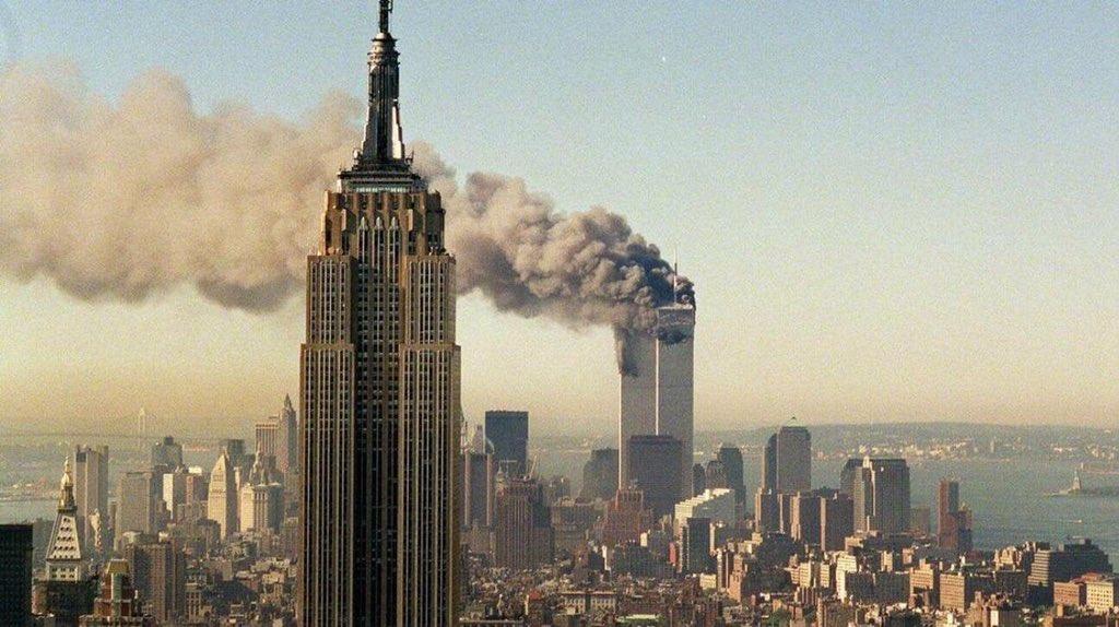 18 años del atentado del 11 de septiembre del 2001 hacia las torres gemelas en new York, hoy está alumbrado con dos luces, representándolas, un lugar conmemorativo a cada una de las personas afectadas de ese día