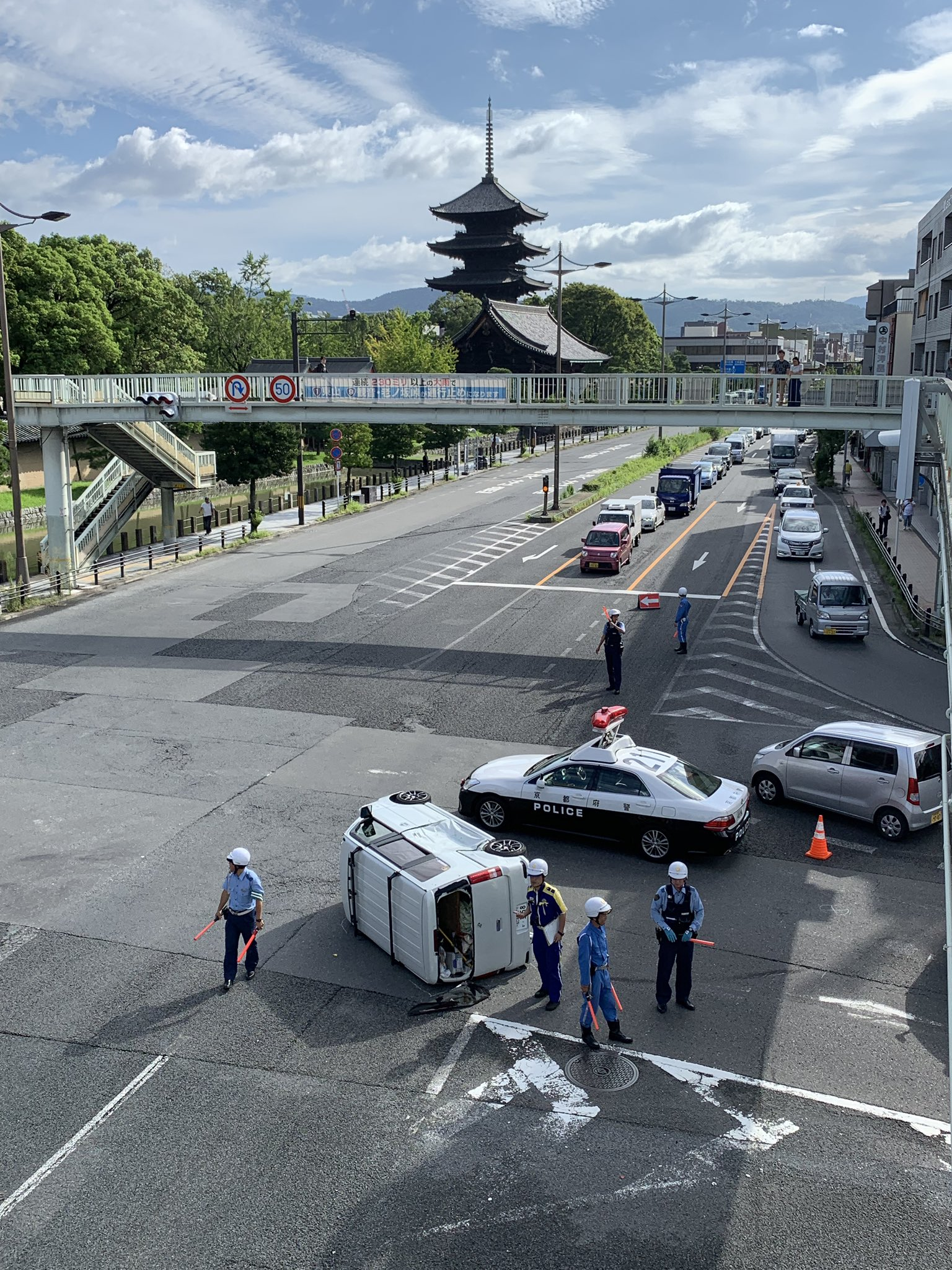 画像,東寺がある四ツ塚交差点でまた事故。軽バンがひっくり返ってました。 https://t.co/FJM5oI3d8P。