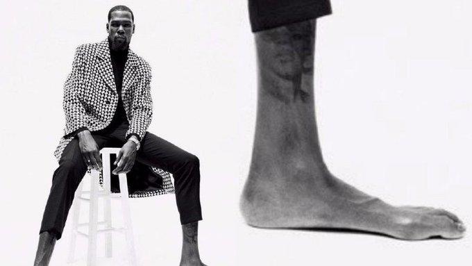 杜蘭特拄枴杖拍寫真,鏡頭放大看54碼的大腳,球迷:就像一把鐮刀!-籃球圈