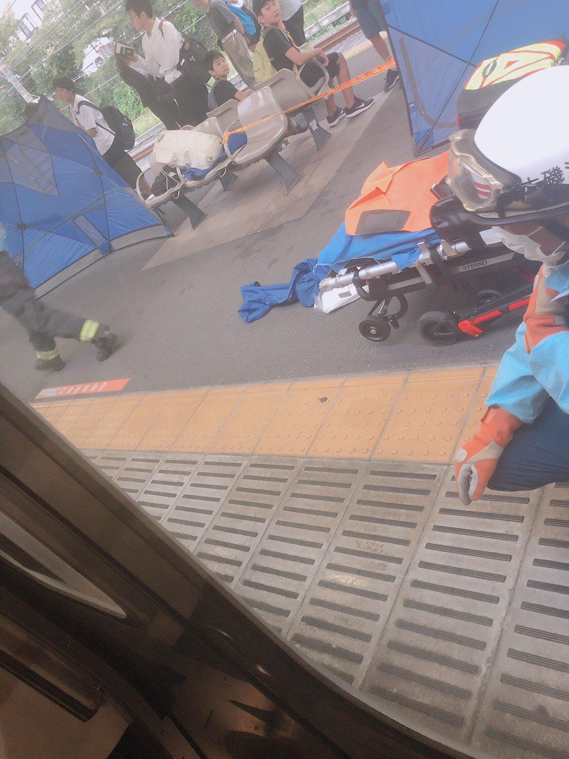 大磯駅で人身事故が起き救護活動している現場の画像
