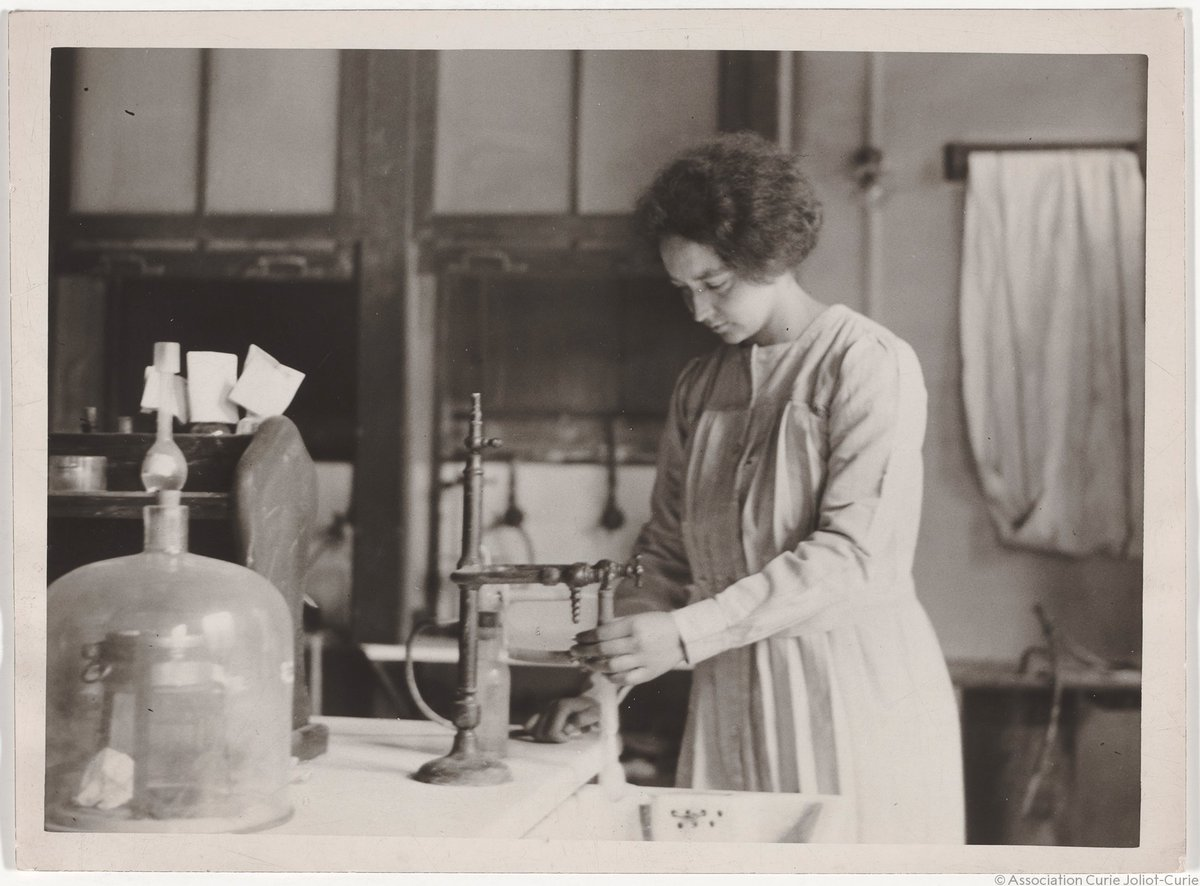 Irène Joliot-Curie, born #OTD, was a battlefield radiologist, activist, politician, and daughter of two of the most famous scientists in the world: Marie and Pierre Curie. Discover her journey to her own Nobel Prize:  https:// bit.ly/2D7FAzk    <br>http://pic.twitter.com/5hqndld4ZL