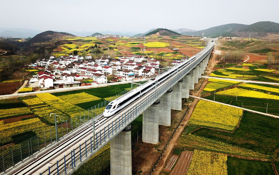 High-speed rail reaches new heights! A 658-km-long railway linking Xi'an and Chengdu wins the @FIDIC Outstanding Project of the Year, which is praised as the Nobel Prize of the engineering industry http://xhne.ws/cQwdR