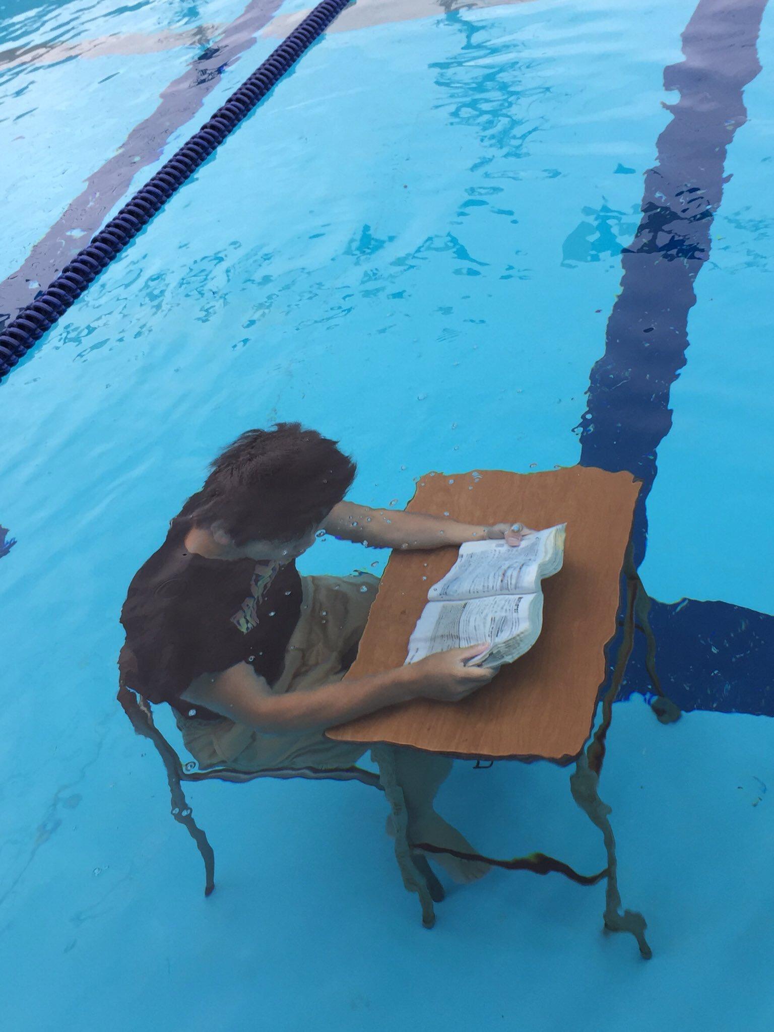 水泳部が部活と勉強を両立させた結果?水中学習が始まったwww