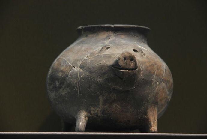かわいいものを見せるね 新石器時代(約6000年前)の豚の陶缶 (´・ω・`) 南京博物院蔵