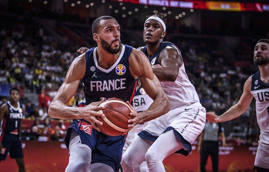 È il Mondiale delle sorprese: dopo l'eliminazione della Serbia per mano dell'Argentina, stavolta sono gli Usa a cedere il passo alla Francia. #FIBAWC2019 #USAFRA https://tinyurl.com/y6rexuh7