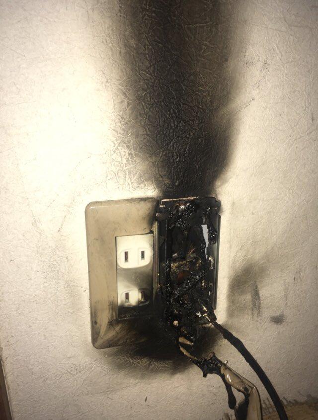 なんか部屋が臭いと思ってたら停電復旧後、家電の後ろのコンセントが発火したみたいで危うく火事になるところだっだ…恐ろしくて震えてる… 長時間の停電時はブレーカー落とすかコンセント全部抜かないと危ない!!あと復電したらちゃんと全部屋確認しないとだめ!!