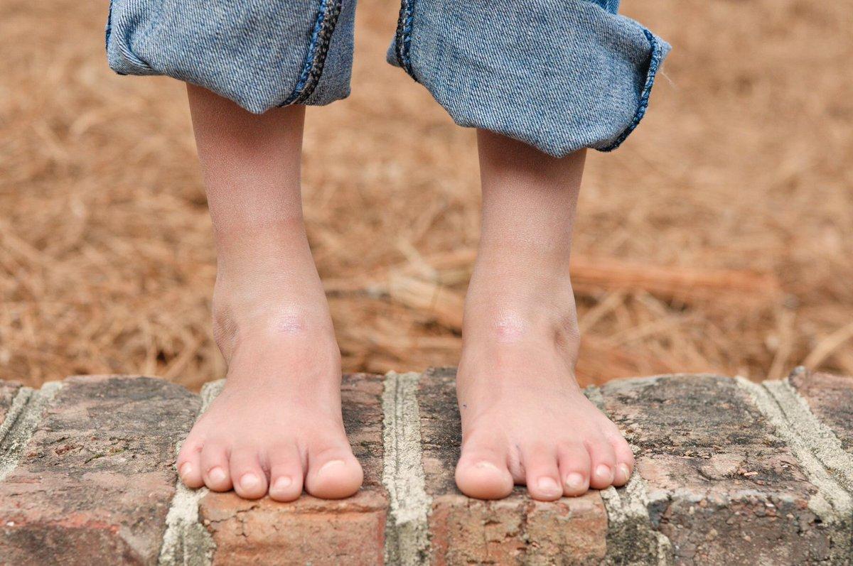 I love being bare foot, inside and out! What about you?  Being barefoot boosts brain development https://buff.ly/2Q4BxNv @raepica1 @raepica1  #barefoot #boostbrainpower #nature  #greathealth  #womenbehindthebiz #kentfacials #kentbusiness #uksmallbiz #kentmum #vegan #naturalpic.twitter.com/PgeQSp7qt4