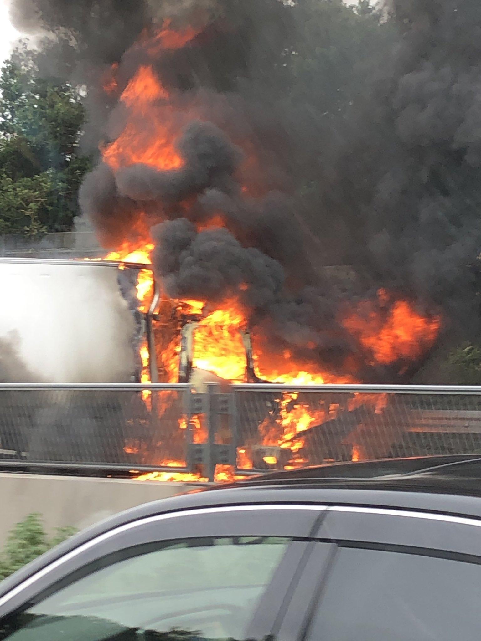 保土ヶ谷バイパスでトラックが燃えている現場の画像